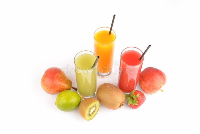 Świezi owocowi soki na bielu obraz stock