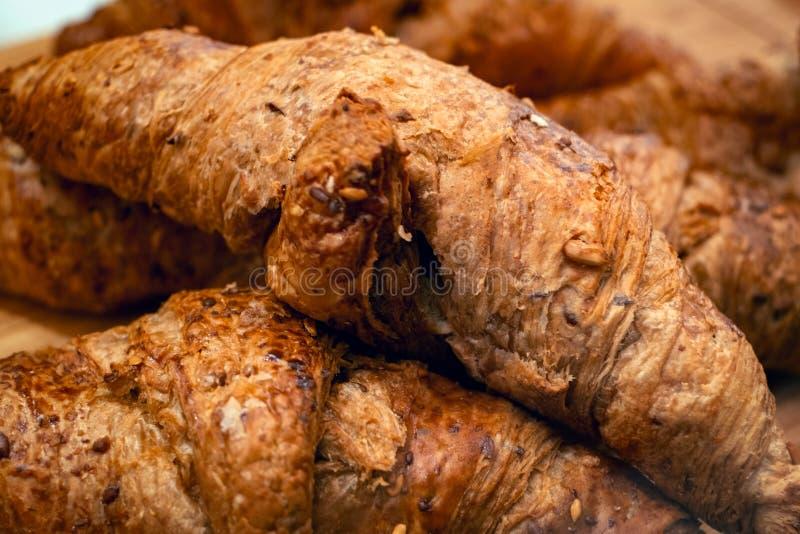 Świezi piec croissants z czekoladą i ziarnami zdjęcia royalty free