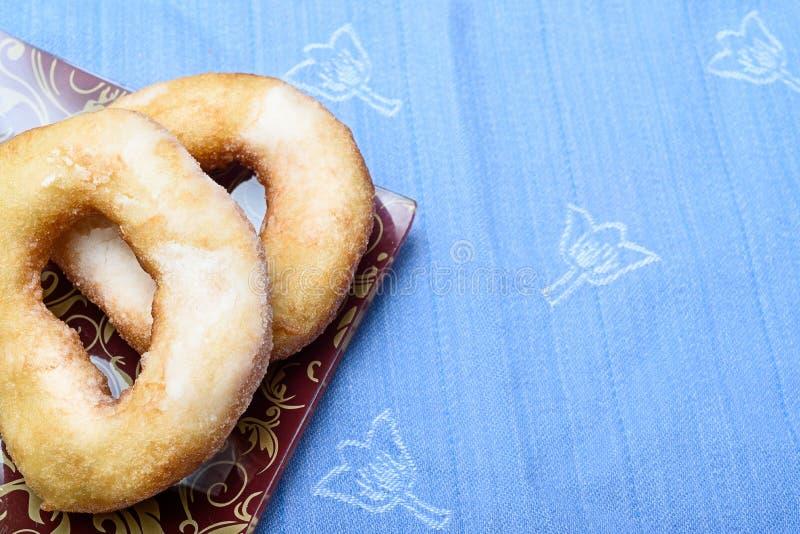 Świezi piec donuts w sproszkowanym cukierze obraz royalty free