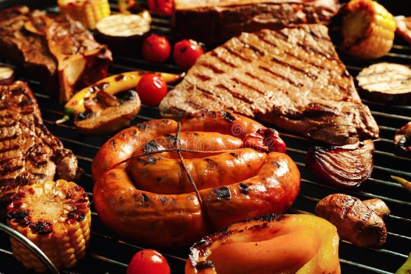 Świezi piec na grillu mięśni stki, kiełbasa i warzywa, zdjęcia stock