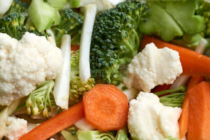 Świezi pokrojeni kolorowi warzywa - brokuły, marchewki, kalafior fotografia stock