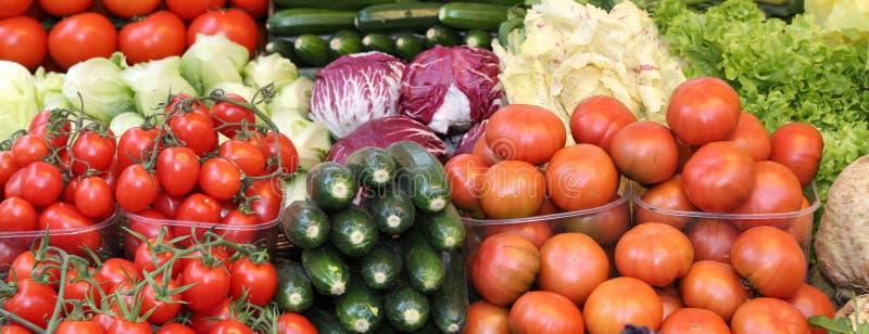 Świezi pomidory i inni warzywa dla sprzedaży przy miejscowym wprowadzać na rynek fotografia stock