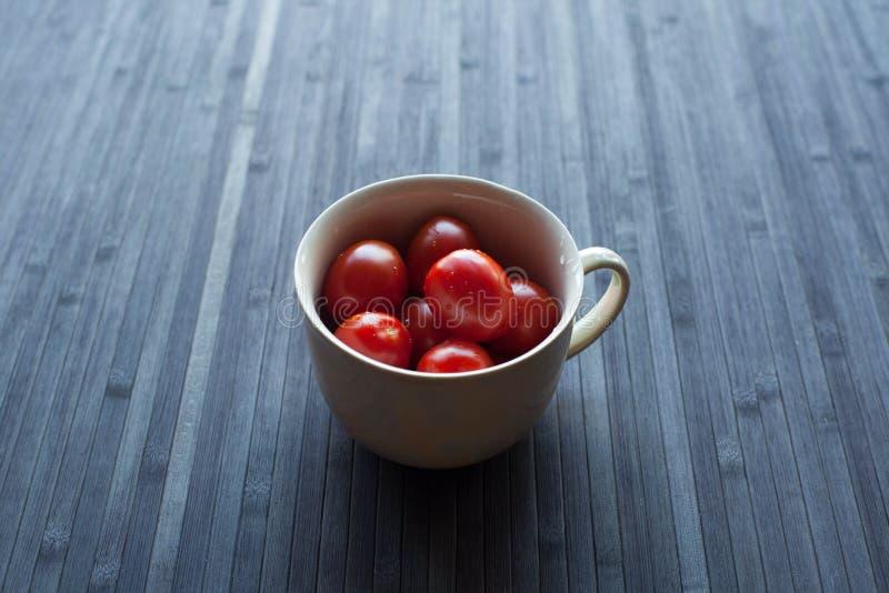 Świezi pomidory w filiżance obrazy royalty free