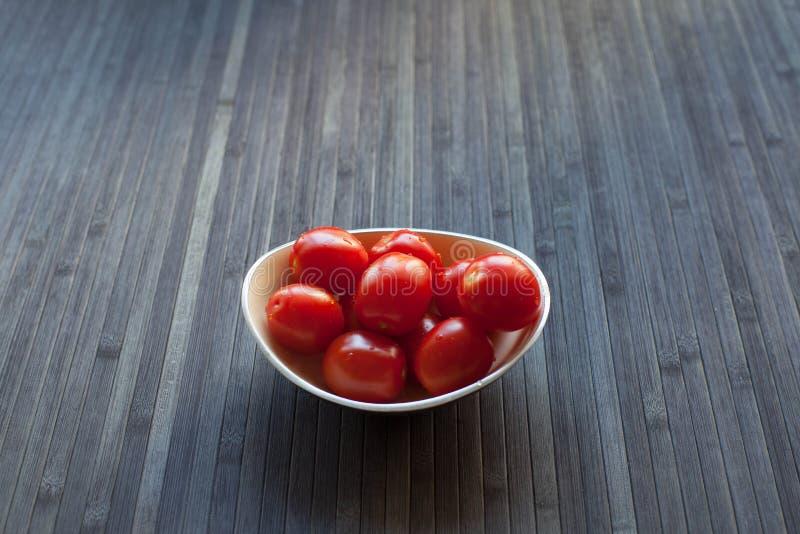 Świezi pomidory w roślinie fotografia stock
