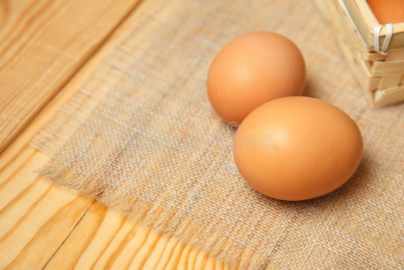 Świezi rolni jajka na drewnianym nieociosanym tle obraz stock