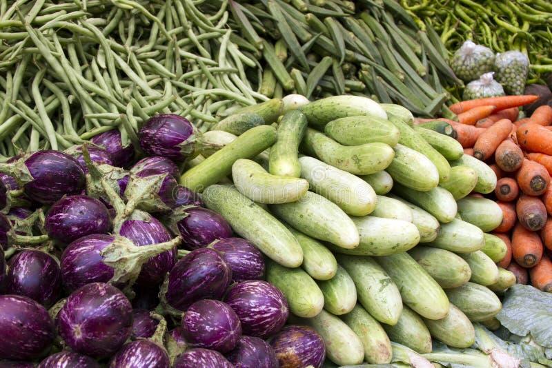 Świezi soczyści warzywa, oberżyna, ogórek, fasole na kontuarze w indianinie wprowadzać na rynek Goa zdjęcia stock