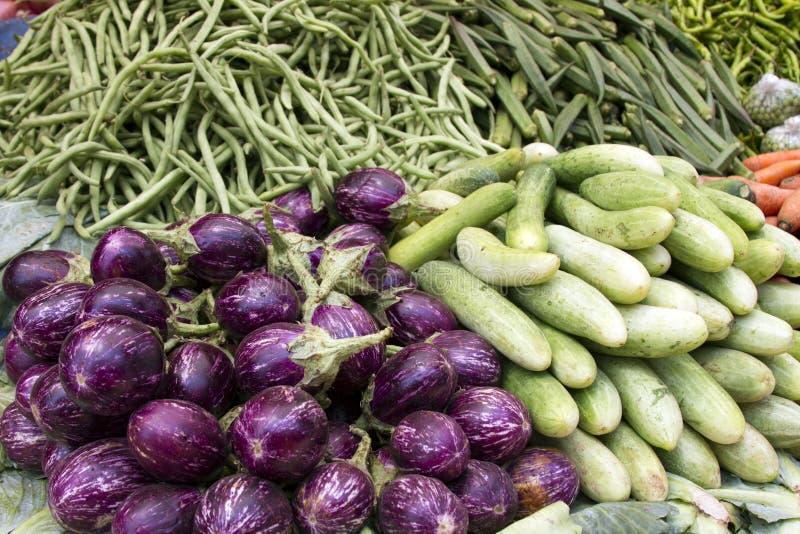Świezi soczyści warzywa, oberżyna, ogórek, fasole na kontuarze w indianinie wprowadzać na rynek Goa zdjęcia royalty free