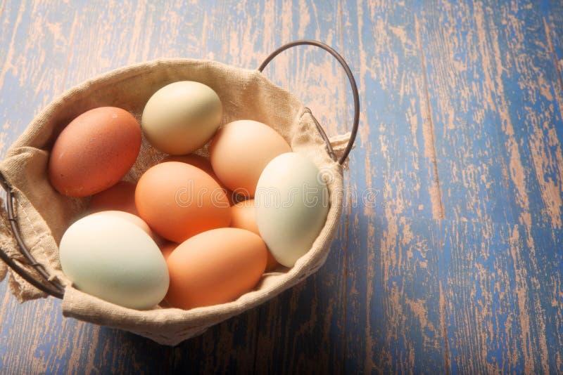 Świezi stubarwni jajka w koszu zdjęcie royalty free