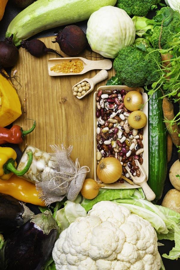 Świezi surowi składniki dla zdrowego kucharstwa Warzywa, fasole, soczewicy, chickpea Czyści jedzenie Odgórny widok Dieta lub jaro fotografia royalty free