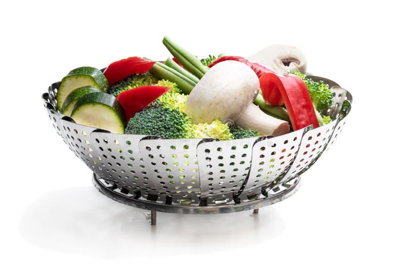 Świezi surowi warzywa w parowym koszu Przygotowywaj?cy dla gotowa? obraz stock