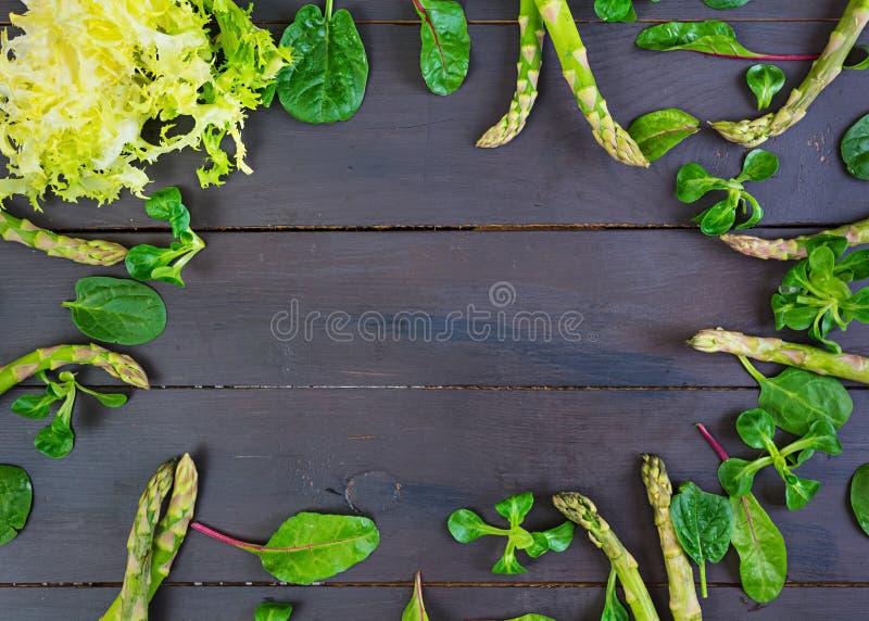Świezi szparagowi i zieleni ziele na ciemnym tle Odg?rny widok obraz royalty free