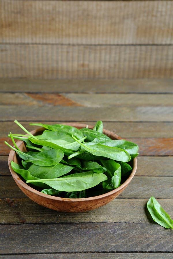 Świezi szpinaków liście w ceramicznym pucharze obrazy stock