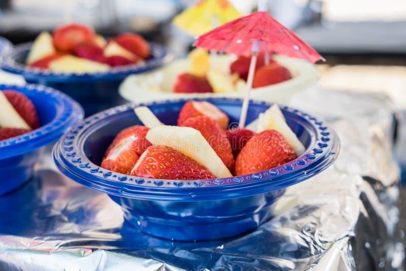 Świezi truskawki i ananasa kawałki w plastikowym pucharze fotografia royalty free