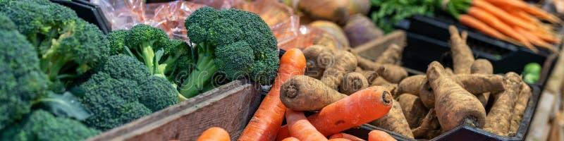 Świezi vegatables na rynku kramu panoramicznym tle zdjęcia royalty free