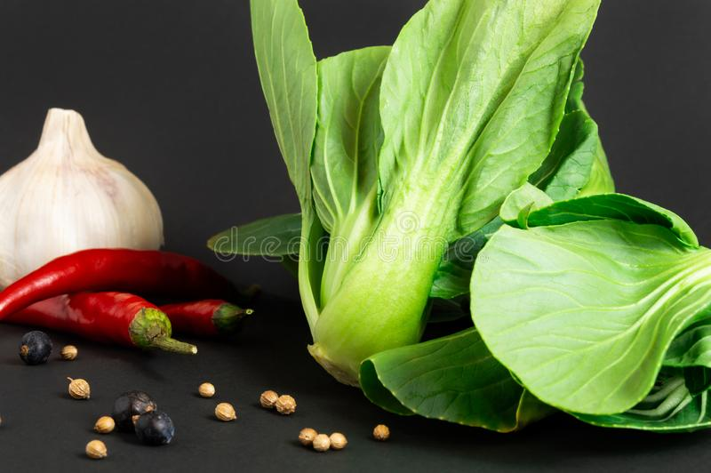 Świezi warzywa: bok choy chińska kapusta, chili pieprz i czosnek na czarnym tle, inne przyprawy zdrowa żywność zdjęcia stock