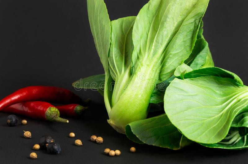 Świezi warzywa: bok choy chińska kapusta, chili pieprz na czarnym tle i inne przyprawy zdrowa żywność zdjęcie stock