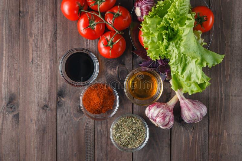 Świezi warzywa i oliwa z oliwek nad bielem fotografia stock
