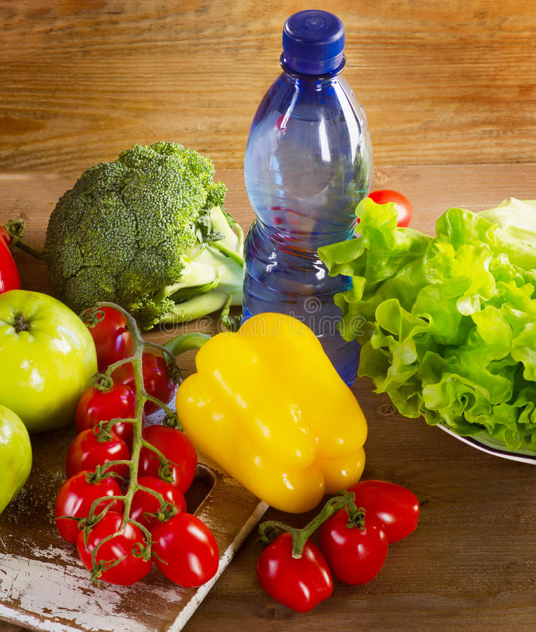 Świezi warzywa i owoc z butelką woda zdjęcie royalty free