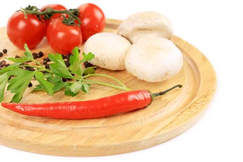 Świezi warzywa na drewnianym półmisku. zdjęcia royalty free