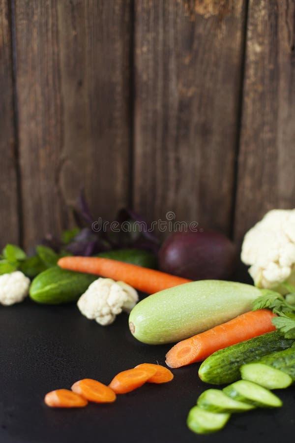Świezi warzywa na nieociosanym tle z kopii przestrzenią obraz stock
