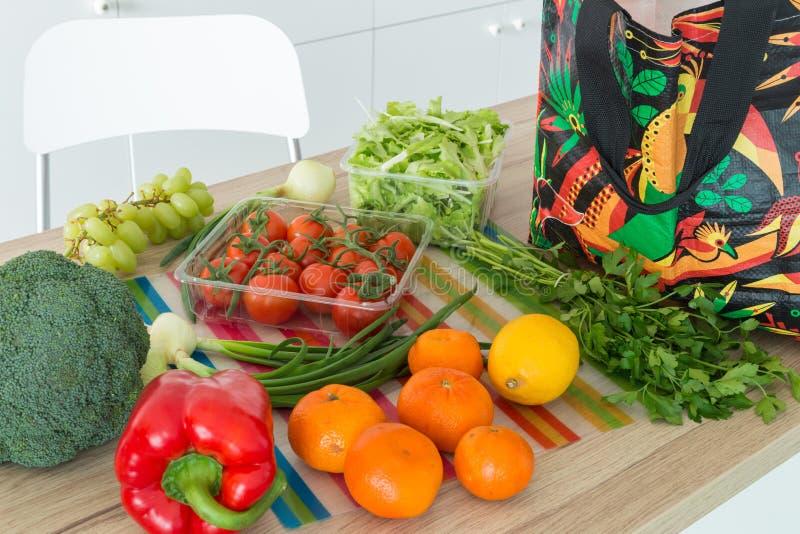 Świezi warzywa od rynku prosto odpakowywali w kuchni fotografia royalty free