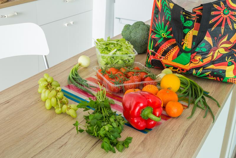 Świezi warzywa od rynku prosto odpakowywali w kuchni obraz stock