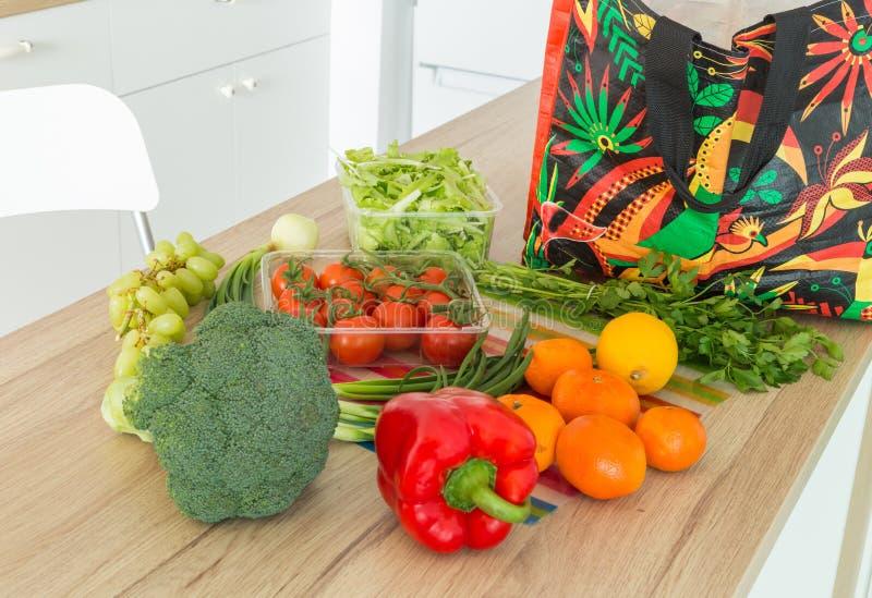 Świezi warzywa od rynku prosto odpakowywali w kuchni obrazy stock