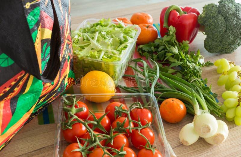 Świezi warzywa od rynku prosto odpakowywali w kuchni zdjęcie royalty free
