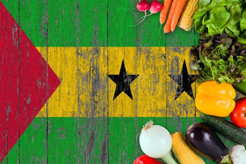 ?wiezi warzywa od Sao woluminu I Principe na stole Kulinarny poj?cie na drewnianym chor?gwianym tle zdjęcie royalty free