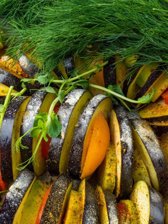świezi warzywa Ratatouille - tradycyjny Francuski Provencal jarzynowy naczynie gotujący w piekarniku Dieta weganinu jarski jedzen obrazy royalty free