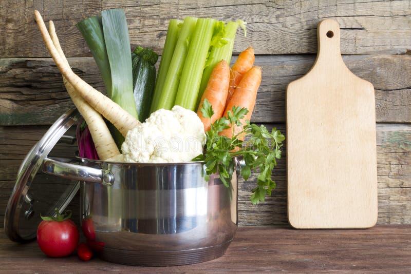 Download Świezi Warzywa W Garnku Na Roczniku Wsiadają Obraz Stock - Obraz złożonej z czerń, rolnictwo: 53782433