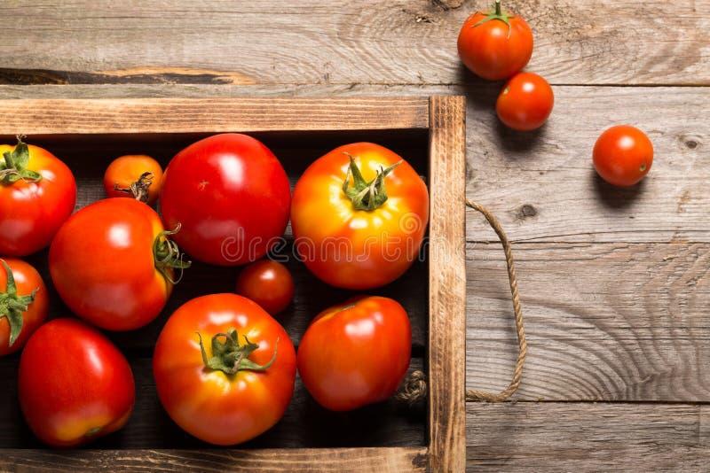 Świezi warzywa w palącej nieociosanej teksturze boksują dla tła Szorstka wietrzej?ca drewniana deska obraz stock