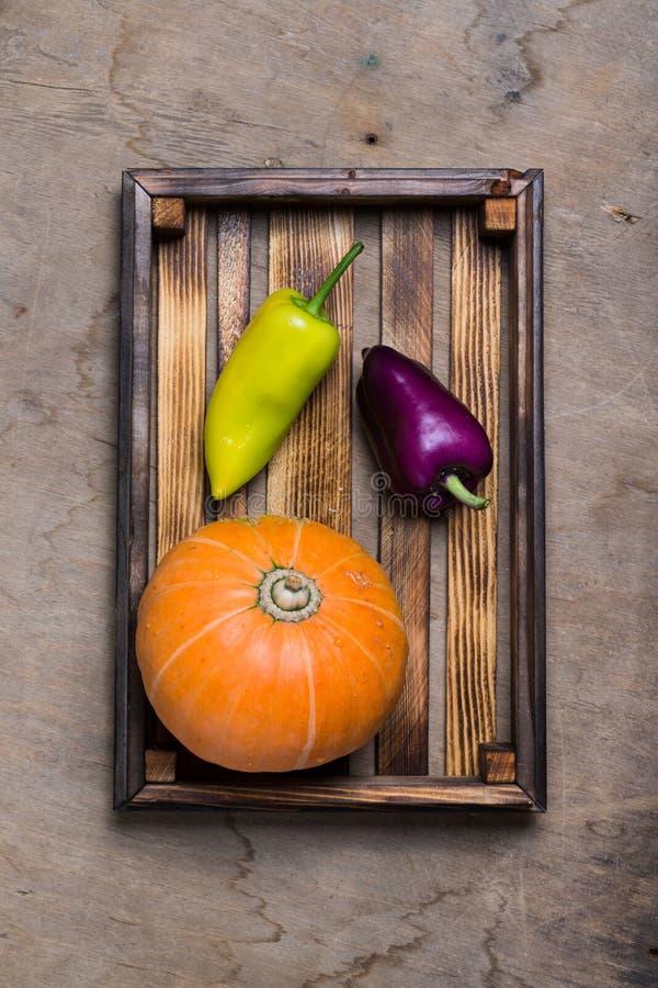 Świezi warzywa w palącej nieociosanej teksturze boksują dla tła Szorstka wietrzej?ca drewniana deska zdjęcia royalty free