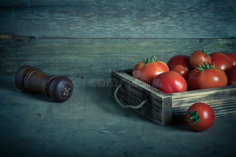 Świezi warzywa w palącej nieociosanej teksturze boksują dla tła Szorstka wietrzej?ca drewniana deska stonowany fotografia stock
