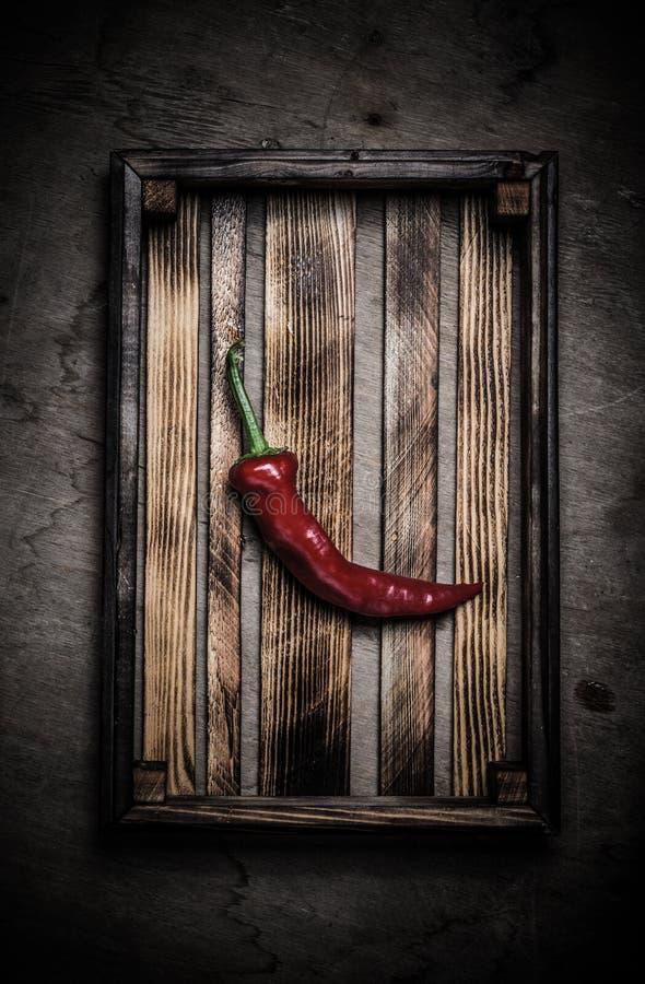 Świezi warzywa w palącej nieociosanej teksturze boksują dla tła Szorstka wietrzej?ca drewniana deska stonowany fotografia royalty free