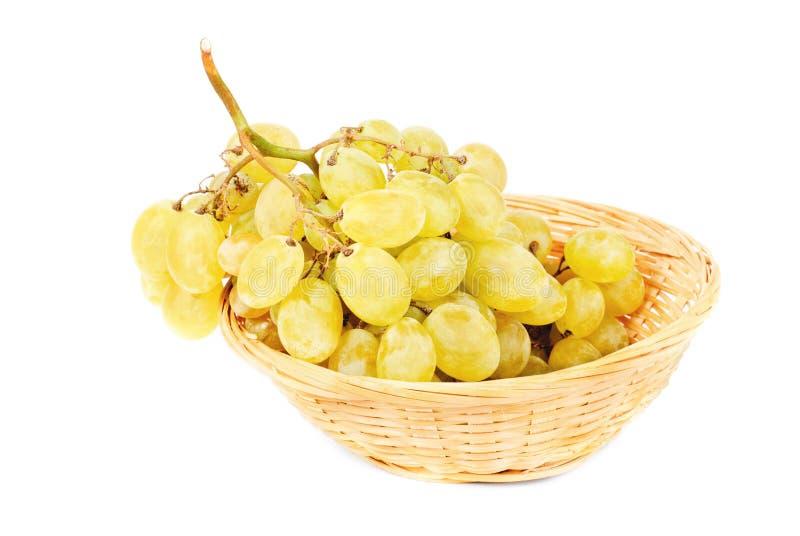 Świezi winogrona w Owocowym koszu odizolowywającym na białym tle fotografia stock