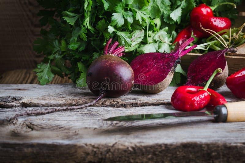 Świezi wyprodukowany lokalnie beetroots, ziele, gorący czerwoni pieprze, roślina opierający się jedzenie, lokalny produkt spożywc zdjęcia royalty free