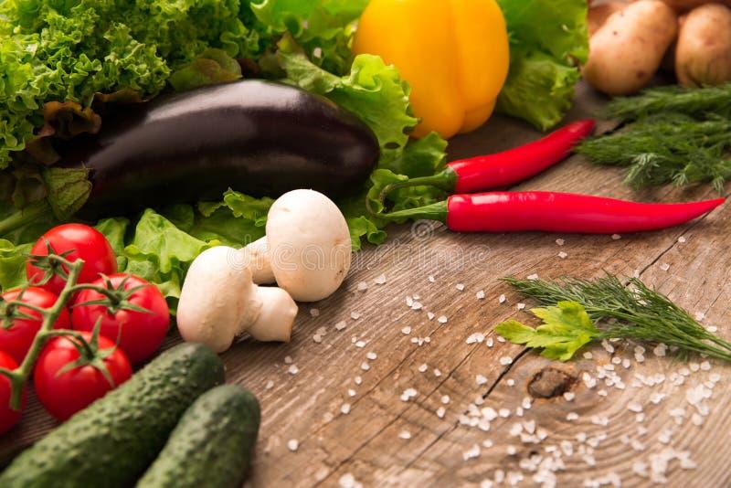 Świezi wyprodukowany lokalnie warzywa kłama na drewnianym stole fotografia royalty free