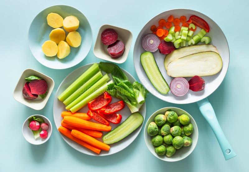 Świezi zdrowi warzywa na błękitnym pastelowym tle zdjęcie stock