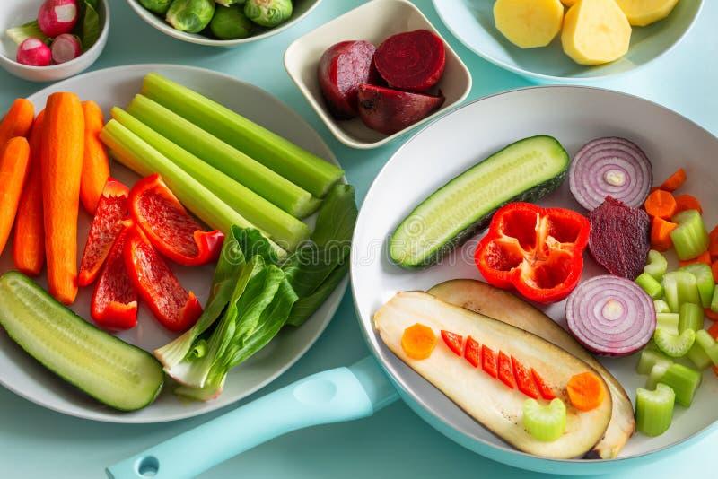 Świezi zdrowi warzywa na błękitnym pastelowym tle fotografia royalty free