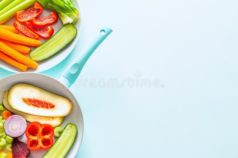 Świezi zdrowi warzywa na tle, przestrzeni dla teksta błękitnych pastelowych/ obraz stock