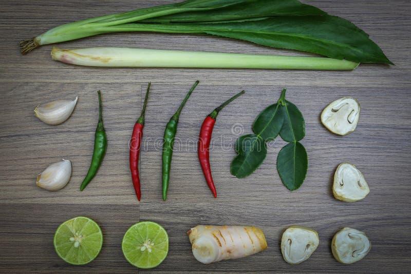 Świezi ziele i pikantność na drewnianym tle, składniki Tajlandzki korzenny jedzenie, składniki Tom yum fotografia stock