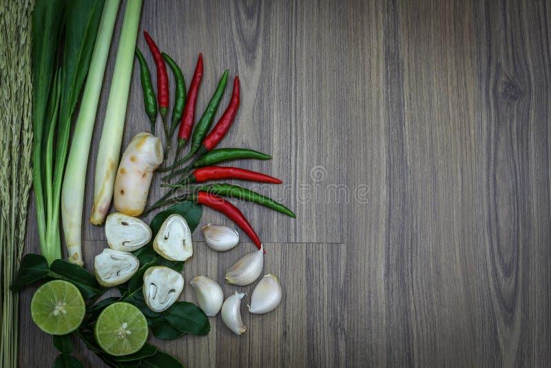 Świezi ziele i pikantność na drewnianym tle, składniki Tajlandzki korzenny jedzenie, składniki Tom yum zdjęcia royalty free