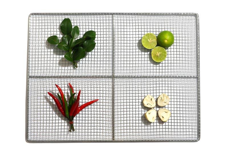 Świezi ziele i pikantność w nierdzewnym talerzu na białym tle, składniki Tajlandzki korzenny karmowy Tom Yum zdjęcie stock
