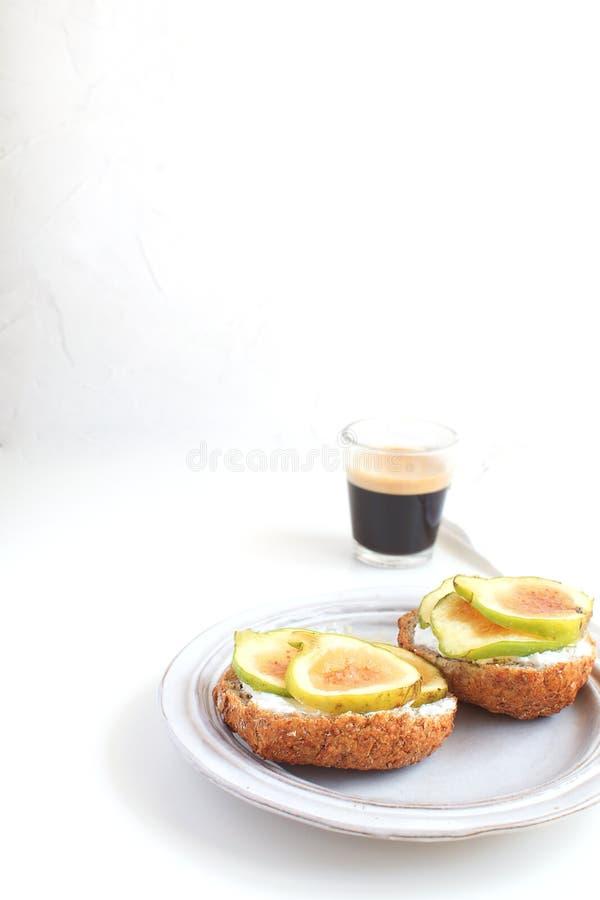 Świezi zieleni fig kanapek canapes Siwieją wieśniaka półkowego Czarnego coff obrazy royalty free