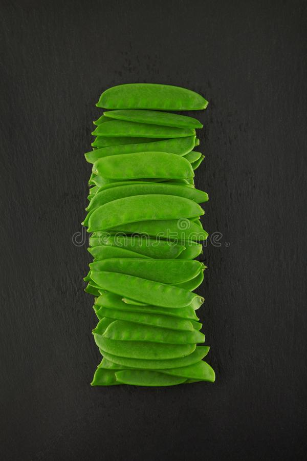 Świezi zieleni kaiser pieprze na zmroku łupku kuchni talerzu, ośniedziały podławy szyk obrazy stock