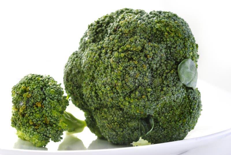 świezi zieleni talerza warzywa biały fotografia royalty free