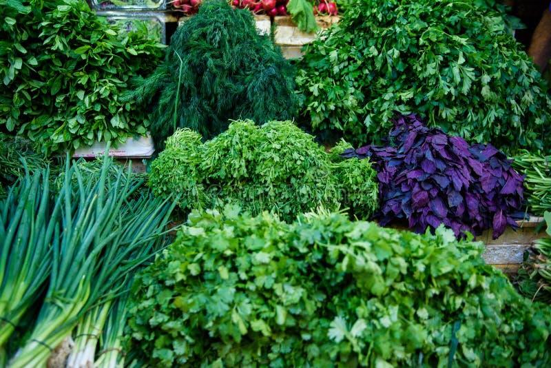 Świezi zieleni warzywa na plenerowym rynku zdrowa ?ywno?? zdjęcia stock