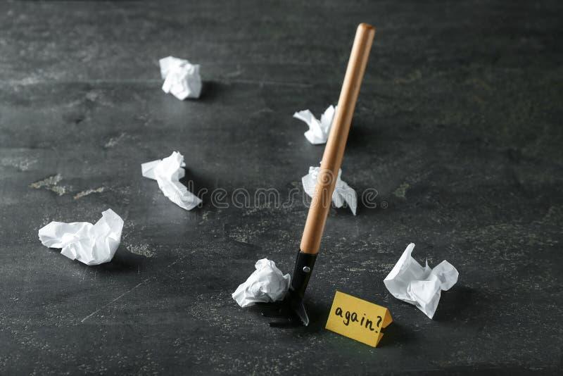 Świntuch, zmięty papier i karta z tekstem na popielatym tle, ZNOWU Pojęcie uczenie od błędu zdjęcia royalty free