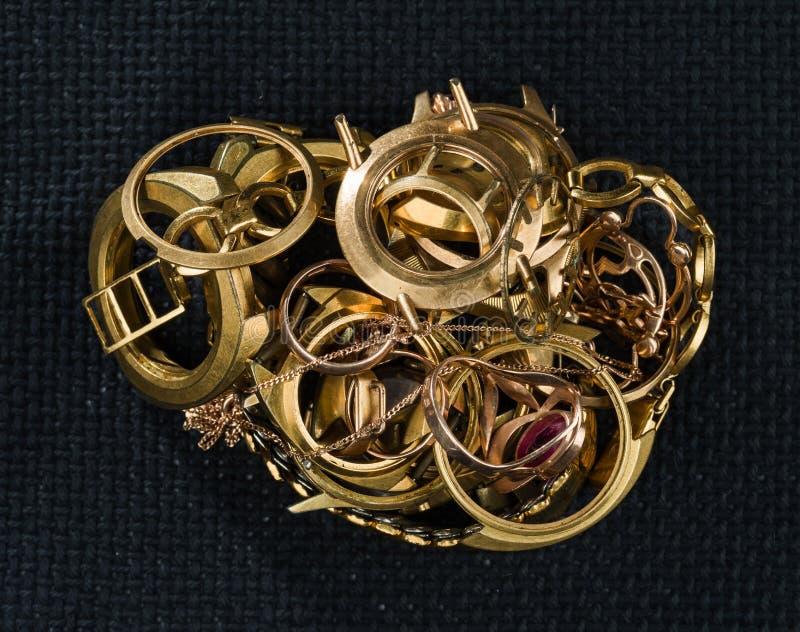Świstek złoto Stary i łamany jewellery, zegarki złoto i pozłacający przeciw tłu ciemna tekstura obraz stock